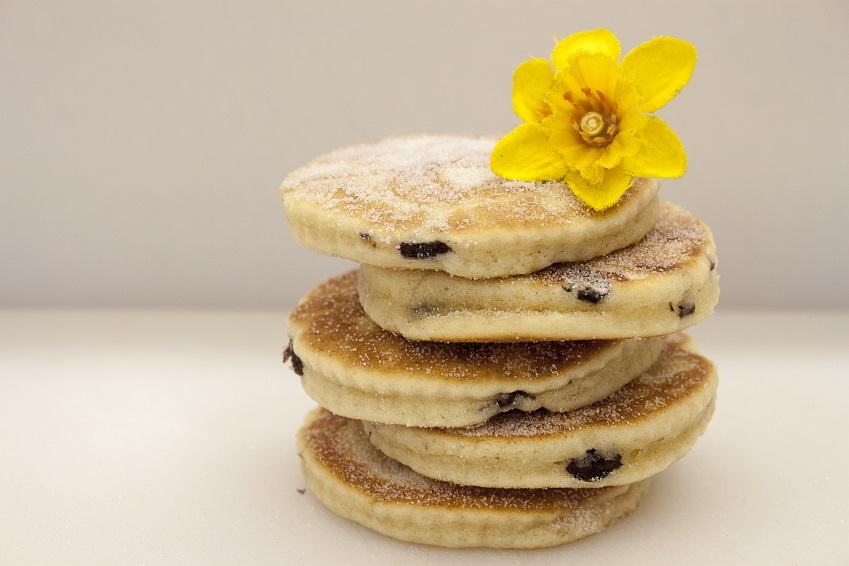 picture of welsh cakes with daffodil